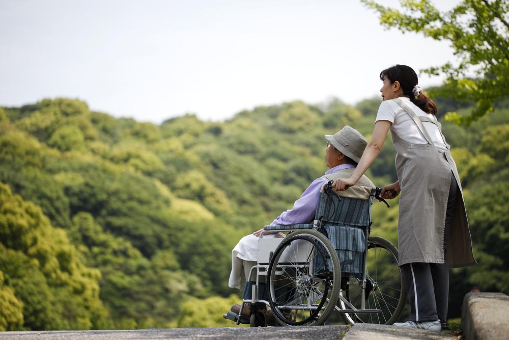 無年金の親の介護は想像以上につらい…負担を軽減するには?